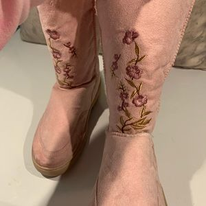 BNWOB PINK EMBROIDERED FAUX SHEARLING BOOTS SIZE 9